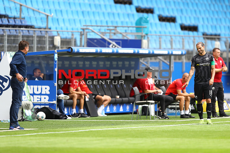Hamburgs Trainer Dieter Hecking, Sandhausens Dennis Diekmeier und Sandhausens Trainer Uwe Koschinat beim Spiel Hamburger SV gegen den  SV Sandhausen in Hamburg / 280620<br />
