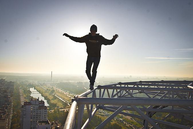 """Pawel beim """"Roofing"""" auf Hochhäusern und Brücken. Hier in einem Vorort von Kiew / Roofer Pawel clibming on skyscrapers and bridges. Here in a suburb of Kiev ."""