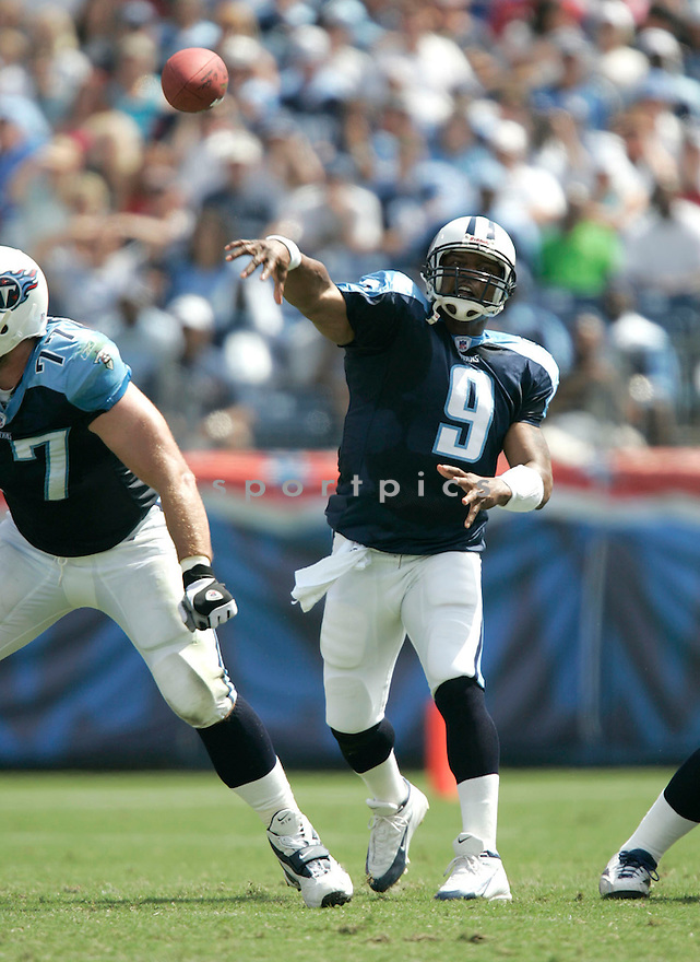 Steve McNair, of the Tennessee Titans, during thier game against the Baltimore Ravens on September 18, 2005...Titans win 25-10..Dilip Vishwanat / SportPics