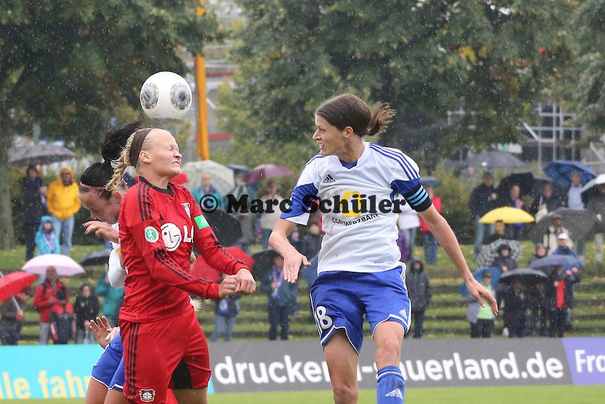 Kopfball Kerstin Garefrekes (FFC) ueber Nina Claassen (Bayer) - 1. FFC Frankfurt vs. Bayer 04 Leverkusen