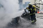GERMANY, Hamburg Altona, riots during G 20 summit, burning cars / DEUTSCHLAND, Hamburg, Altona, Ausschreitungen waehrend des G20 Gipfel in Hamburg, Feuerwehr loescht brennende Autos