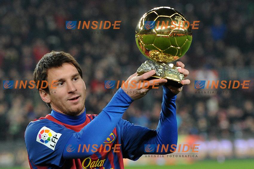 Lionel Messi mostra il pallone d'oro al pubblico.Barcellona 15/1/2012 Nou Camp.Football Calcio Liga 2011/2012.Barcellona Vs Betis Siviglia.Foto Insidefoto / Paco Largo / Panoramic.ITALY ONLY