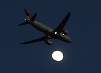 BOGOTA -COLOMBIA-9-NOVIEMBRE- 2014 . Un avion comercial pasa frente a la luna al atardecer en la capital . / . A commercial airplane passes in front of the moon at sunset in the capital . Photo: VizzorImage/ Felipe Caicedo / Staff