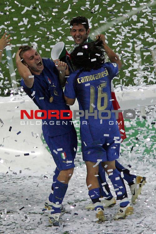 FIFA WM 2006 -  Final - Finale<br /> Play    #64  (09. Juli ) Italien - Frankreich<br /> <br /> Daniele De Rossi (links) und Mauro Camoranesi (rechts) von Italien tanzen im Konfetti Regen.<br /> <br /> Foto &copy; nordphoto