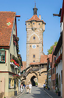 Germany, Bavaria, Middle Franconia, Rothenburg ob der Tauber: Town gate Klingentor and lane Klingengasse | Deutschland, Bayern, Mittelfranken, Rothenburg ob der Tauber: Stadttor Klingentor in der Klingengasse