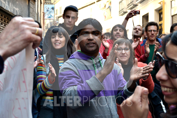 Tenant salute after demonstrators achieve to put off the eviction..(Alterphotos/Arnedo)