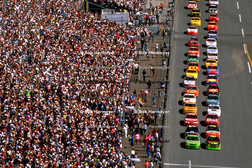 Race winner Dale Jarrett (front, left) and pole sitter Kyle Petty (front, right) lead the field toward the green flag to start the Daytona 500 NASCAR Winston Cup race at the Daytona International Speedway in Daytona Beach, Florida, on February 14, 1993. (Photo by Bob Harmeyer)