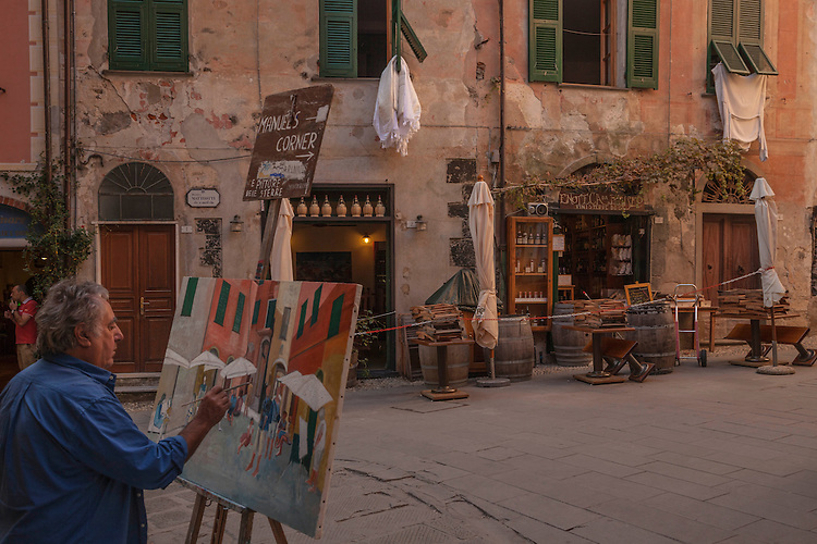 A painter captures a small square's ambiance in Cinque Terre's village of Monterosso