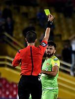 BOGOTA - COLOMBIA - 25 - 03 - 2018: Oscar Javier Gomez (Izq.), arbitro, muestra tarjeta amarilla a Juan Villota (Der.) jugador de Jaguares F. C., durante partido de la fecha 10 entre Millonarios y Jaguares F. C., por la Liga Aguila I 2018, jugado en el estadio Nemesio Camacho El Campin de la ciudad de Bogota. / Javier Gomez (L), referee, shows yellow card to Juan Villota (R), player of Jaguares F. C. during a match of the 10th date between Millonarios and Jaguares F. C., for the Liga Aguila I 2018 played at the Nemesio Camacho El Campin Stadium in Bogota city, Photo: VizzorImage / Luis Ramirez / Staff.