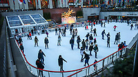 NOVA YORK, EUA, 21.10.2018 - CLIMA-EUA - Movimentação na pista de patinação do Rockefeller Center na ilha de Manhattan em Nova York nos Estados Unidos neste domingo, 21. (Foto: William Volcov/Brazil Photo Press)