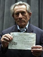 """Adolf Burger, 90 anni, falsario scampato ai campi di concentramento nazisti mostra una delle banconote false stampate da lui e dai suoi compagni di prigionia, per il valore totale di 130 milioni di sterline, mentre posa durante un photocall per la presentazione del film """"Il falsario"""", tratto dal suo romanzo autobiografico """"L'Officina del diavolo"""", a Roma, 14 gennaio 2008..90-year old counterfeiter survivor from nazi lagers Adolf Burger, shows one of the 130 million false pounds banknotes printed by him and his detention mates, as he poses during a photocall for the presentation of the movie """"Die falscher"""" (""""The counterfeiter"""") based on his book """"The devil's workshop"""" in Rome, 14 january 2008..UPDATE IMAGES PRESS/Riccardo De Luca."""
