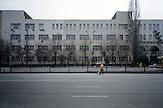 Das kasachische Sozialsystem ist nicht für seine Großzügigkeit bekannt. Bevor Arbeitslosenhilfe gewährt wird, setzt der Staat Arbeitsuchende lieber als kostengünstige Straßenkehrer ein. Kasachstan ist rohstoffreich und prosperiert. Kritik an den Schattenseiten des Aufstiegs duldet das System von Präsident Nursultan Nasarbajew nur geringfügig. Bilder von Hinterhöfen und grauen Vorstädten sollen nicht an die Öffentlichkeit gelangen. / Kazakhstan is a resource-rich and prosperous country.  President Nursultan Nasarbajew's system hardly allows any criticism. Pictures of backyards and suburbs are not supposed to go public.