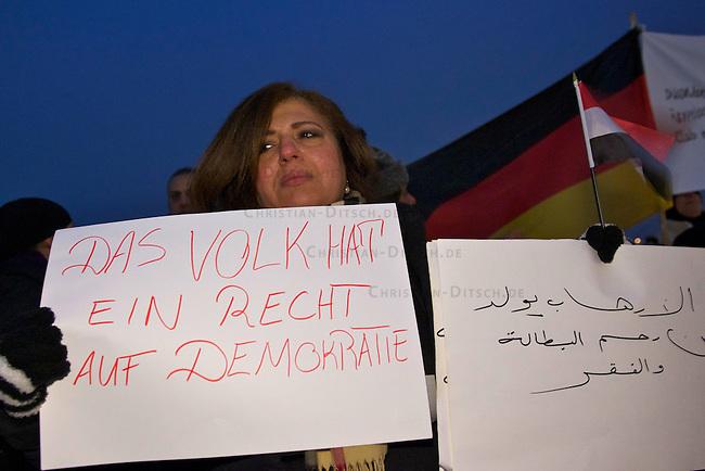 Solidaritaetskundgebung von Exil-Aegyptern in Duesseldorf<br /> Etwa 120 Exil-Aegypter versammelten sich am Dienstag den 1. Februar 201 in Duesseldorf zu einer Solidaritaetskundgebung mit den Menschen in ihrem Heimatland. Sie forderten den Ruecktritt der Regierung und des Praesidenten Hosni Mubarak sowie freie Wahlen und die Errichtung einer Demokratischen Regierung.<br /> 1.2.2011, Duesseldorf<br /> Copyright: Christian-Ditsch.de<br /> [Inhaltsveraendernde Manipulation des Fotos nur nach ausdruecklicher Genehmigung des Fotografen. Vereinbarungen ueber Abtretung von Persoenlichkeitsrechten/Model Release der abgebildeten Person/Personen liegen nicht vor. NO MODEL RELEASE! Don't publish without copyright Christian-Ditsch.de, Veroeffentlichung nur mit Fotografennennung, sowie gegen Honorar, MwSt. und Beleg. Konto:, I N G - D i B a, IBAN DE58500105175400192269, BIC INGDDEFFXXX, Kontakt: post@christian-ditsch.de]