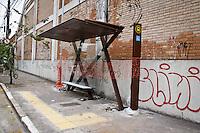 SÃO PAULO,SP,12-11-13 - CENA DO DIA - Prefeitura de São Paulo instalou um novo ponto de ônibus na Rua Borges de Figueiredo na Mooca, o detalhe  é que na via não passa nehuma linha de ônibus.(Foto Ale Vianna/Brazil Photo Press).