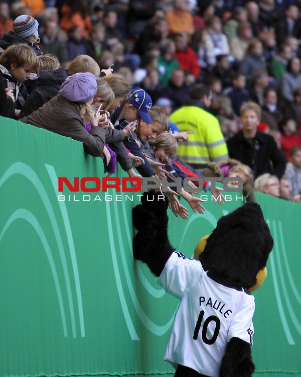 &Ouml;ffentliches Training DFB-Auswahl, 12.10.09 Hamburg<br /> <br /> <br /> DFB-Maskottchen Paule klascht Kinder und Fans ab.<br /> <br /> <br /> Foto &copy; nph (nordphoto)<br /> <br /> *** Local Caption ***