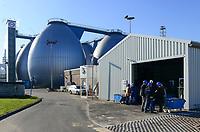 DEUTSCHLAND Hamburg, Hamburg Wasser Klaerwerk Koehlbrandhoeft, URBAN MINING, Kreislaufwirtschaft, Remondis Anlage zur Gewinnung von Phosphorsaeure aus der Asche von verbrannten Klaerschlaemmen, Phosphorsaeure kann als Duenger in der Landwirtschaft wieder eingesetzt werden