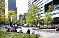Nederland Amsterdam - april 2018 . Lunchtijd op de Zuidas. Rechts de Ito toren.  Foto Berlinda van Dam / Hollandse Hoogte