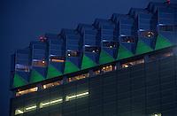Asie/Japon/Tokyo/Asakusa: Les bords de la Sumida et l'immeuble conçu par P. Starck vu de nuit