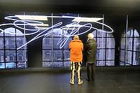 - Milano, il nuovo museo d'arte del 900 nel palazzo dell'Arengario in piazza del Duomo; struttura al neon di Lucio Fontana<br /> <br /> - Milan, the new arts museum of the 900 in the Arengario palace at Duomo square