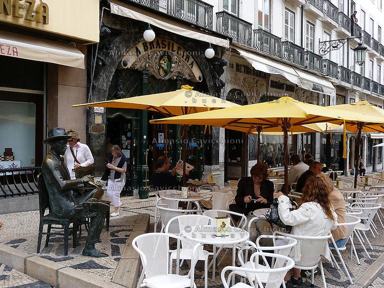 LISBONA Portogallo: La Brasileira storico caffe' frequentato da Fernando Pessoa .LISBON, Portugal: La Brasileira historic coffee shop frequented by Fernando Pessoa....