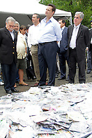 SÃO PAULO,SP,11 JANEIRO 2012 - KASSAB DESTRUIÇÃO PRODUTOS PIRATAS<br /> O prefeito de São Paulo Gilberto Kassab participou na manhã de hoje na sub prefeitura da Mooca na zona leste da destruição de produtos piratas.FOTO ALE VIANNA - NEWS FREE.