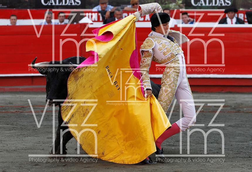 MANIZALES-COLOMBIA. 05-01-2016: Andres Roca rey, lidiando a Incógnito de 440kg de peso, indultado, durante la segunda corrida como parte de la versión número 60 de La Feria de Manizales 2016 que se lleva a cabo entre el 2 y el 10 de enero de 2016 en la ciudad de Manizales, Colombia. / The bullfighter Andres Roca Rey, struggling to Incógnito de 440kg, pardoned, during the second bullfight, as part of the 60th version of Manizales Fair 2016 takes place between 2 and 10 January 2016 in the city of Manizales, Colombia. Photo: VizzorImage / Santiago Osorio / Cont