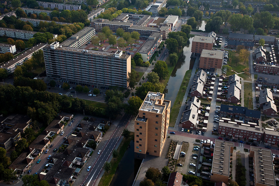 Nederland, Zuid-Holland, Rotterdam 19-09-2009; flats, hoogbouw en eengezinswoningen in deelgemeente Hoogvliet, voormalig dorp,  .Flats and family homes in high-rise district of Hoogvliet, a former village .luchtfoto (toeslag), aerial photo (additional fee required).foto/photo Siebe Swart