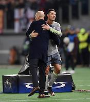 FUSSBALL CHAMPIONS LEAGUE  SAISON 2015/2016 ACHTELFINAL HINSPIEL AS Rom - Real Madrid                 17.02.2016 Trainer Zinedine Zidane (li, Real Madrid) umarmt Cristiano Ronaldo (Real Madrid)