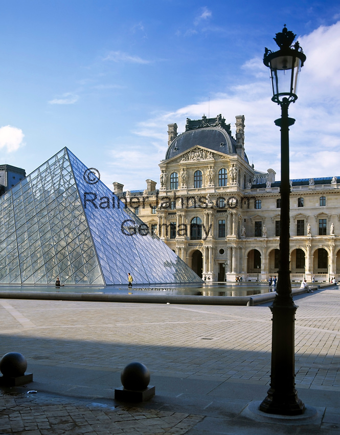 Frankreich, Paris: Palais du Louvre mit glaeserner Pyramide | France, Paris: the Great Louvre Museum with glassy pyramid