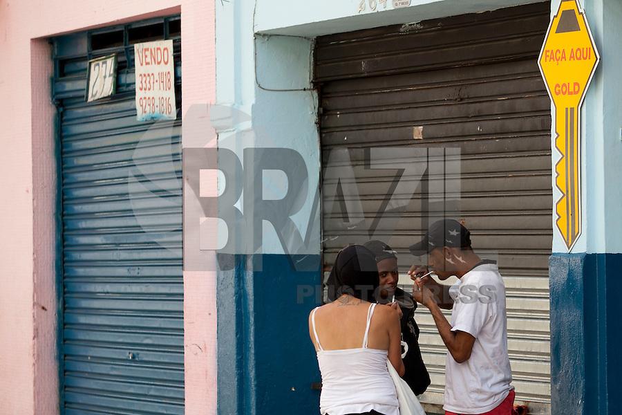 SAO PAULO, SP, 12 DE JANEIRO DE 2012 - CRACOLANDIA -Grupos de usuarios de crack voltam a ocupar as ruas da Cracolandia, centro da cidade, nesta manha de sexta-feira (12). FOTO RICARDO LOU - NEWS FREE;
