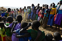 ETHIOPIA Province Benishangul-Gumuz, town Debate, Gumuz village Banush, Gumuz women perform traditional dance / AETHIOPIEN, Provinz Benishangul-Gumuz, Stadt Debate, Gumuz Dorf Banush, Gumuz Frauen tanzen