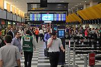 SAO PAULO, SP - 19.11.2014 - AEROPORTO DE CONCONHAS MOVIMENTAÇÃO - Movimentação de passageiros no terminal de embarque do aeroporto de congonhas zona sul da capital paulista na tarde desta quarta - feira, (19). (Foto: Renato Mendes / Brazil Photo Press)