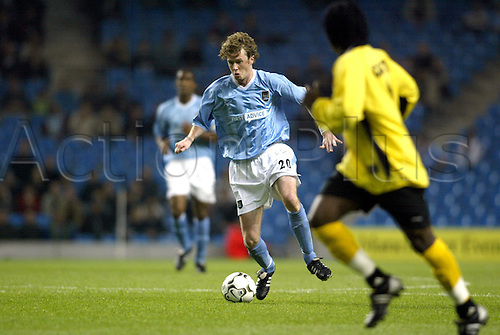 September 24, 2003: City Striker STEVE McMANAMAN  runs with the ball during the first leg of their First Round UEFA Cup game against Sporting Lokeren played at the City of Manchester Stadium. MANCHESTER CITY 3 v Lokeren 2 Photo: Glyn Kirk/action plus...soccer football 030924 man player