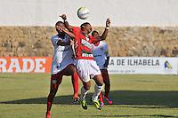 ILHABELA, 14 DE JANEIRO DE 2014 - ESPORTES - FUTEBOL - 45ª COPA SÃO PAULO DE FUTEBOL JÚNIOR - PORTUGUESA - SP X GRÊMIO OSASCO - SP- Marcelo (D) desputa bola com Wallace (E) Durante partida entre a equipe do Osasco, Válida pela rodada da segunda fase  da copa São Paulo Júnior, no estádio Municipal de Ilhabela, nesta terça (14) as 16h. FOTOS: Dorival Rosa/ Brazil Photo Press).