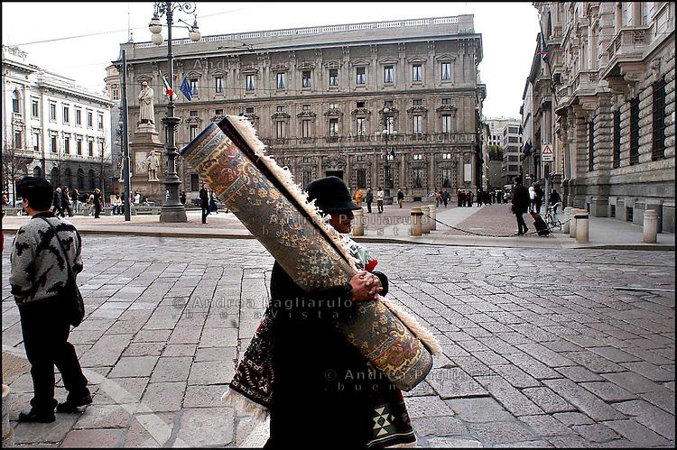 Italia, Milano, venditore di tappeti in piazza Scala..Italy, Milan, carpet peddler in Scala square..© Andrea Pagliarulo