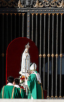 Papa Francesco rende omaggio alla statua della Madonna di Fatima all'inizio della messa in occasione della Giornata Mariana in Piazza San Pietro, Citta' del Vaticano, 13 ottobre 2013.<br /> Pope Francis pays homage to the statue of St. Mary of Fatima at the beginning of a mass on occasion of the Marian Day in St. Peter's Square at the Vatican, 13 October 2013.<br /> UPDATE IMAGES PRESS/Isabella Bonotto<br /> <br /> STRICTLY ONLY FOR EDITORIAL USE