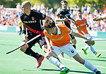 BLOEMENDAAL   - Hockey -  2e wedstrijd halve finale Play Offs heren. Bloemendaal-Amsterdam (2-2) . A'dam wint shoot outs. Thierry Brinkman (Bldaal) met Justin Reid-Ross (A'dam).  COPYRIGHT KOEN SUYK