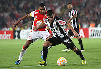 BOGOTÁ-COLOMBIA-18- MARZO-2015. Wilson Morelo (Izq) jugador de Independiente Santa Fe de Colombia disputa el balón con Jemerson   (Der) jugador Atletico Mineiro de Brasil , durante partido por la tercera fase, llave G1, de la Copa Bridgestone Libertadores 2015 jugado en el estadio Nemesio Camacho El Campin de la ciudad de Bogotá. /  Wilson Morelo (L) player of Independiente Santa Fe of Colombia fights for the ball with  Jemerson (R) player of Atletico Mineiro  during the match for the third phase, G1 key, of the Copa Bridgestone Libertadores 2015 played at Nemesio Camacho El Campin stadium in Bogota city
