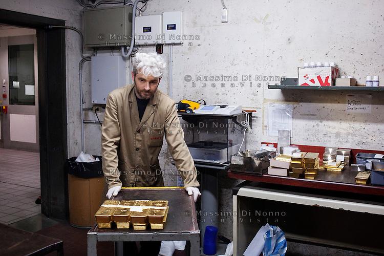Arezzo: un operaio all'interno del caveau dello stabilimento Chimet trasporta lingotti d'oro. L'azienda recupera metalli preziosi (oro, platino, palladio, iridio, argento) da materiali di scarto come catalizzatori di marmitte, batterie, contatti elettrici di cellulari, computer o materiali di scarto industriale.<br /> <br /> Arezzo: The Chimet company recovers precious metals (gold, platinum, palladium, iridium, silver) from waste materials such as catalysts, mufflers, batteries, electrical contacts to phones, computers or industrial waste materials.