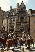 """Europe/France/Aquitaine/24/Dordogne/Vallée de la Dordogne/Périgord/Périgord noir/Sarlat-la-Canéda: Tournages du film """"Les misérables"""" - Gendarmes à cheval devant le Maison de la Boétie"""