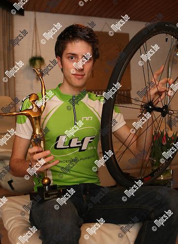 "2009-03-10 / Duathlon / Tim Van Hemel met wiel en trofee van ""Molse sportman 2008"" die hij onlangs ontving...Foto: Maarten Straetemans (SMB)"