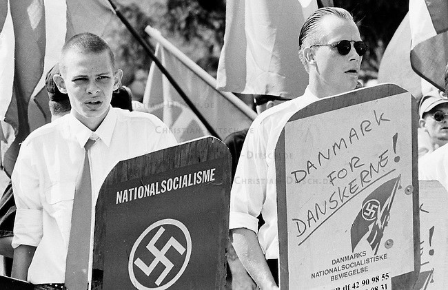 Anleaaslich des Todestages des Hitlerstellvertreters Rudolf Hess, demonstrierten im daenischen Roskilde mehrere hunder Neonazis aus Skandinavien und Deutschland mit einem sogenannten Hess-Marsch. Die Demonstranten wurde von Einwohnern des Ortes gestoppt und aus dem Ort vertrieben.<br /> Hier: Mitglieder der daenischen DNSB (Daenische Nationalsozialistische Bewegung).<br /> Roskilde, 19.8.1995<br /> Copyright: Christian-Ditsch.de<br /> [Inhaltsveraendernde Manipulation des Fotos nur nach ausdruecklicher Genehmigung des Fotografen. Vereinbarungen ueber Abtretung von Persoenlichkeitsrechten/Model Release der abgebildeten Person/Personen liegen nicht vor. NO MODEL RELEASE! Nur fuer Redaktionelle Zwecke. Don't publish without copyright Christian-Ditsch.de, Veroeffentlichung nur mit Fotografennennung, sowie gegen Honorar, MwSt. und Beleg. Konto: I N G - D i B a, IBAN DE58500105175400192269, BIC INGDDEFFXXX, Kontakt: post@christian-ditsch.de<br /> Bei der Bearbeitung der Dateiinformationen darf die Urheberkennzeichnung in den EXIF- und  IPTC-Daten nicht entfernt werden, diese sind in digitalen Medien nach &sect;95c UrhG rechtlich geschuetzt. Der Urhebervermerk wird gemaess &sect;13 UrhG verlangt.]