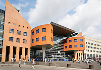Nederland Amersfoort 2016. Het plein voor het Station van Amersfoort. Het gebouw is een ontwerp van J.A. van Belkum. Foto Berlinda van Dam