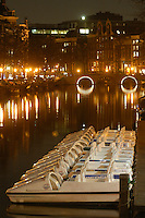AMSTERDAM-HOLANDA.  Botes sobre un canal que atreviesa el distrito rojo de Amsterdam. Boats on a water canal crossing the red light district, Amsterdam. Photo: VizzorImage/STR