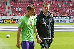 12.05.2018, OPEL Arena, Mainz, GER, 1.FBL, 1. FSV Mainz 05 vs SV Werder Bremen<br /> <br /> im Bild<br /> Niklas Moisander (Werder Bremen #18) bricht Aufw&auml;rmen ab, Florian Kohfeldt (Trainer SV Werder Bremen), <br /> <br /> Foto &copy; nordphoto / Ewert