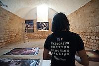 """Allestimento Mostra fotografica """"Propugliaphoto expression"""" - 31 luglio 2012. PROPUGLIAPHOTO, partner nell'iniziativa Coincidentia Oppositorum - sguardi sulle arti, dal 1 al 12 agosto 2012 a Specchia (LE) con due mostre fotografiche..L'agenzia fotografica ProPugliaPhoto, specializzata su cultura, tradizione, società e ambiente del territorio pugliese,è partner dell'iniziativa ?Coincidentia Oppositorum - sguardi sulle arti?, giunta alla seconda edizione, che si svolgerà nel Salento a Specchia  dal 1 al 12 agosto 2012 presso il Castello Risolo, con la Direzione Artistica di Deborah De Blasi ed il patrocinio, tra gli altri, della Regione Puglia..Nel calendario degli eventi ProPugliaPhoto presenta due mostre fotografiche: la personale di Kash Gabriele Torsello ?Dal Kashmir all'Afghanistan? e la collettiva PROPUGLIAPHOTO EXPRESSION con immagini di alcuni fotografi collaboratori di ProPugliaPhoto - Giorgio D'aria, Alessandro De Matteis, Laura Garofalo, Laura Greco, Massimo Leo, Dario Luceri,  Marco Minischetti, Sabino Napoletano, Paolo Padovani, Savino Porcelluzzi, Ida Santoro, Nicola Scaringi, Gabriele Spedicato, Antonella Valerio - e lo stesso Gabriele Torsello..PROPUGLIAPHOTO EXPRESSION, con 40 immagini di grande formato, è una mostra itinerante che prende l'avvio dal Salento per toccare successivamente altre località pugliesi, nazionali ed estere e concludersi, entro la fine dell'anno, con la stampa di un libro promosso dall'Ufficio Attività Culturali e Audiovisivi della Regione Puglia. In un intercalarsi  di volti e paesaggi,  la selezione degli scatti genera un racconto fotografico che ben rappresenta il territorio pugliese con una visione personale ed approfondita degli autori. Non solo una Puglia da cartolina quindi, ma una interpretazione soggettiva dei luoghi con l'obiettivo di rendere un invito a visitare, scoprire e ricercare la terra pugliese..ProPugliaPhoto, fondata da Kash Gabriele Torsello e costituita da fotografi professionisti e non, vuol essere un'agen"""