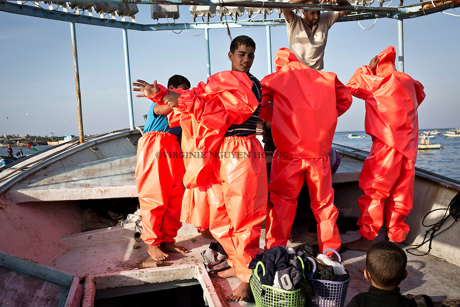 Gaza sea: the crew is trying their equipment for fishing before they lift the ink.<br /> <br /> Mer de Gaza: l'&eacute;quipage essaie leur equipement avant de lever l'encre.