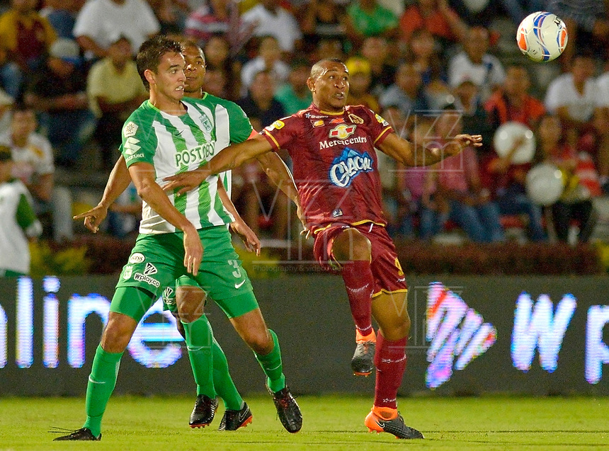 IBAGUÉ - COLOMBIA, 06-06-2018: Angelo Rodriguez (Der) jugador de Deportes Tolima disputa el balón con Felipe Aguilar (Izq) jugador del Atletico Nacional durante partido de ida por la final de la Liga Águila I 2018 jugado en el estadio Manuel Murillo Toro de la ciudad de Ibagué. / Angelo Rodriguez (R) player of Deportes Tolima vies for the ball with Felipe Aguilar (L) player of Atletico Nacional during first leg match for the final of the Aguila League I 2018 played at Manuel Murillo Toro stadium in Ibague city. Photo: VizzorImage / Cristian Alvarez / Cont