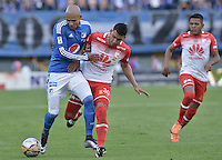 BOGOTA - COLOMBIA -20 -03-2016: Jonathan Estrada (Izq) jugador de Millonarios disputa el balón con Yeison Gordillo (Der) jugador de Independiente Santa Fe durante partido por la fecha 10 de la Liga Águila I 2016 jugado en el estadio Nemesio Camacho El Campín de la ciudad de Bogotá./ Jonathan Estrada (L) player of Millonarios fights for the ball with Yeison Gordillo (R) player of Independiente Santa Fe during the match for the date 10 of the Aguila League I 2016 played at Nemesio Camacho El Campin stadium in Bogota city. Photo: VizzorImage / Gabriel Aponte / Staff.