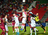 IBAGUÉ-COLOMBIA , 07 -11-2018 . Luis Payares (Izq.) jugador del Deportes Tolima  disputa el balón con Sergio Roman (Der.) Guardameta del Once Caldas durante partido por la fecha 14 de la Liga Águila II 2018 jugado en el estadio Manuel Murillo Toro de la ciudad de Ibagué./ Luis Payares  (L) player of Deportes Tolima  fights for the ball with Sergio Roman (R) Goalkeeper of Once Caldas during the match for the date 14 of the Aguila League II 2018 played at Manuel Murillo Toro  stadium in Ibague city. Photo: VizzorImage/ Juan Carlos Escobar / Contribuidor